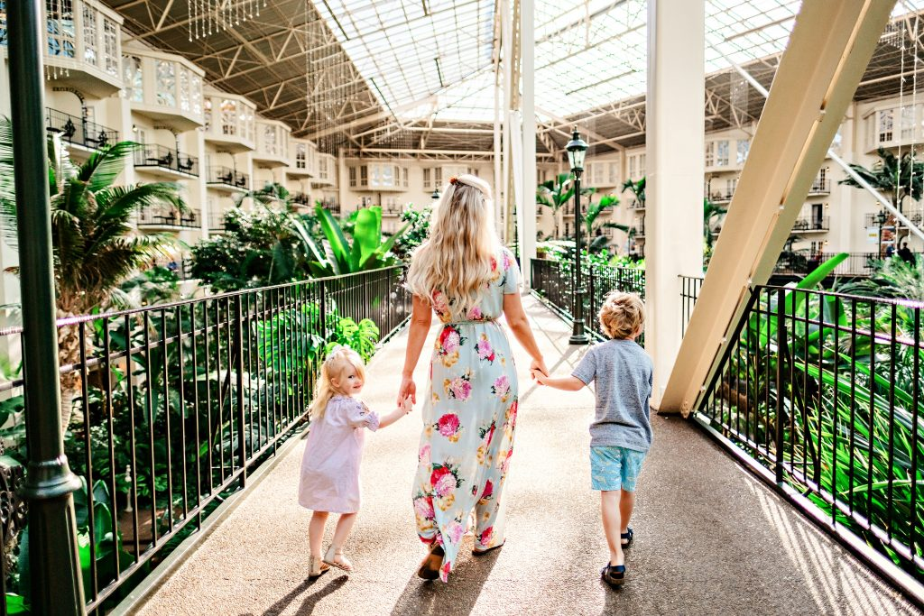Headed to Nashville with the family? Popular Atlants Blogger Happily Hughes is sharing where to eat, sleep and see with her Nashville Family Travel Guide.